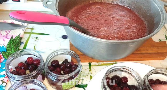 как сварить простое варенье из вишни с косточками на зиму